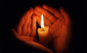 ręce świeca